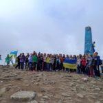 43. Ukraińska młodzież śpiewająca hymn na najwyższej górze Ukrainy.