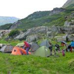 77. Część namiotów stała pod osłoną skał...
