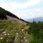 17. Szlak czerwonych pasków obchodził skalisty szczyt...