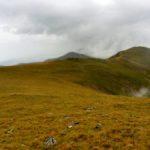 40. Przed nami były kolejne szczyty z majaczącym Godeanu na lewo od grzbietu.