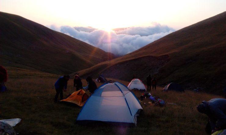 61. ...gdzie wkrótce stanęły nasze namioty przy zachodzącym słońcu.