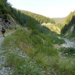 96. ...droga szutrową nad potokiem Şes...