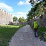 36. …i między podwójnym fragmentem zachowanych murów obronnych.