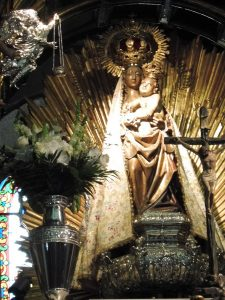 33. …a w bazylice czci się figurkę Santa Maria de la Encina (MB od Dębu).