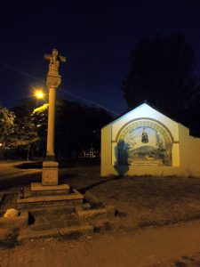 34. Kaplica Santa Maria de Compostilla w mroku poranka.