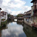 6. Z Saint-Jean-Pied-de-Port, miasta pięknie położonego nad rzeką Nive…