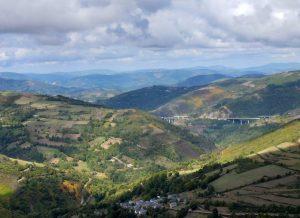 68. Po drugiej stronie wsi widok na Cordillera Cantabrica w Galicji.