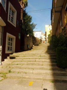91. Najstarsza część miasta Sarria leży na niewysokim wzgórzu…