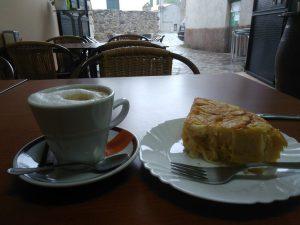 119. Obfity deszcz przeczekałam w kafejce przy cafe con leche i tortilli.