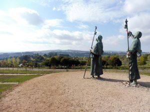 142. …pomnika pary pątników wskazujących wieże katedry.