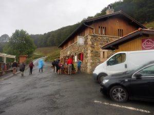 11. Przy alberguOrisson kilka osób zatrzymało się na poranną kawę.
