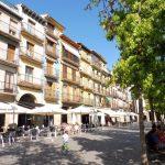 80. …przy placu de los Fueros otoczonym zadbanymi kamieniczkami.