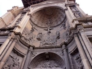 105. …z imponującym południowym portalem kościoła Santa Maria de la Asuncion.