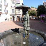 10. …i oryginalna fontanna w postaci kobiety pod parasolem.
