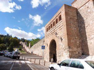 21. Zachowany fragment dawnych murów miejskich.