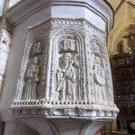 67. …i w nawie misternie rzeźbiona kamienna ambona.
