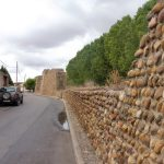105. …i pozostałości rzymskich murów obronnych.