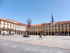 120. Przy opustoszałym z powodu upału Plaza Mayor…