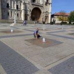 124. Obok konwentu św. Marka z fontannami i pomnikiem pielgrzyma…