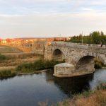 138. …ze słynnym z turniejów rycerskich mostem Puente Viejo.
