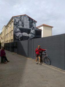 158. …a na ulicy obok oryginalny mural.