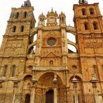 160. Fasadę i wieże katedry dobudowano w XVII w.