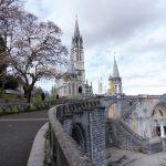 1. Na szczytach Pirenejów leżał śnieg, ale w Lourdes przed bazyliką kwitły magnolie.
