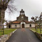 102. …kościółek San Esteban de Leces z albergiem obok.