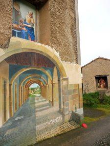 107. …a domy ozdobiono oryginalnymi muralami…