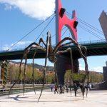 130. …czy olbrzymiego pająka z Mostem La Salve obok gmachu muzeum…