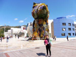 133. Przed wejściem do Muzeum Guggenheima stoi kwiatowy psiak…