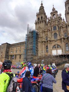 162. …i motokrosowcami przed fasadą zachodnią katedry.