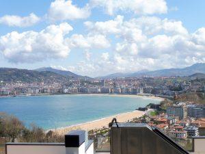 38. Wchodząc na wzgórze Igueldo podziwialiśmy panoramę miasta…