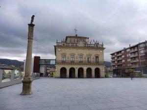 4. Na gmachu ratusza między flagami Hiszpanii i Unii wisiała flaga Kraju Basków.