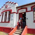 47. Marcel z Niemiec wita nas w albergue Piñera w dawnej szkole.