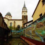 48. …z ciekawymi muralami na ścianach domów.