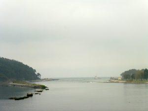 51. Z mostu na rzece ujrzałyśmy jej ujście do zatoki…