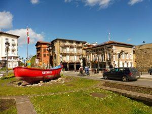59. …i łodzią z baskijską flagą na centralnym skwerze.