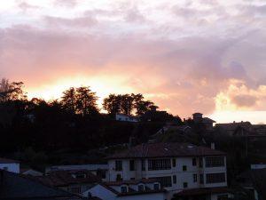 63. Zachodzące słońce zabarwiło chmury.