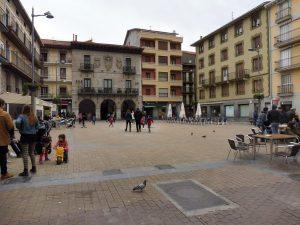 74. ...a mieszkańcy odpoczywali w kawiarniach na placu.