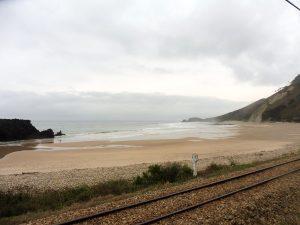 95. …na urocze, puste, piaszczyste plaże okolone skałami.