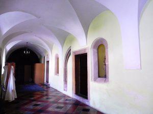 9. …klasztornych korytarzy…