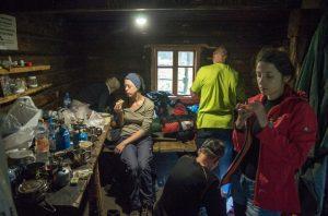 91. …podczas gdy pozostali w chatce na przełęczy.