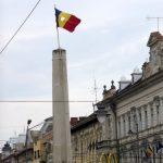 133. …z charakterystycznie wyciętym z flagi emblematem komunizmu…