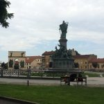 137. …i przez Plac Iancu z pomnikami…