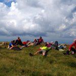 96. …i strudzeni odpoczywali w trawie.